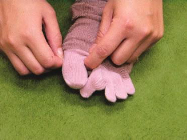 1、親指を入れる